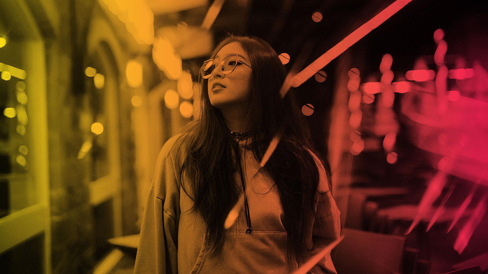 Junge Frau mit Brille in der U-Bahn, die nach rechts aus dem Fenster schaut